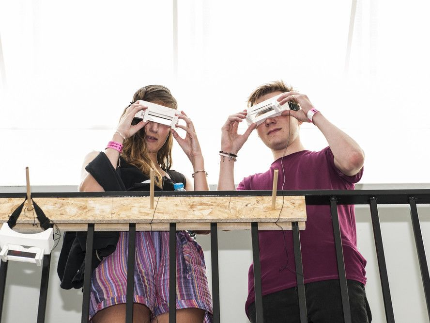 Students trying VR