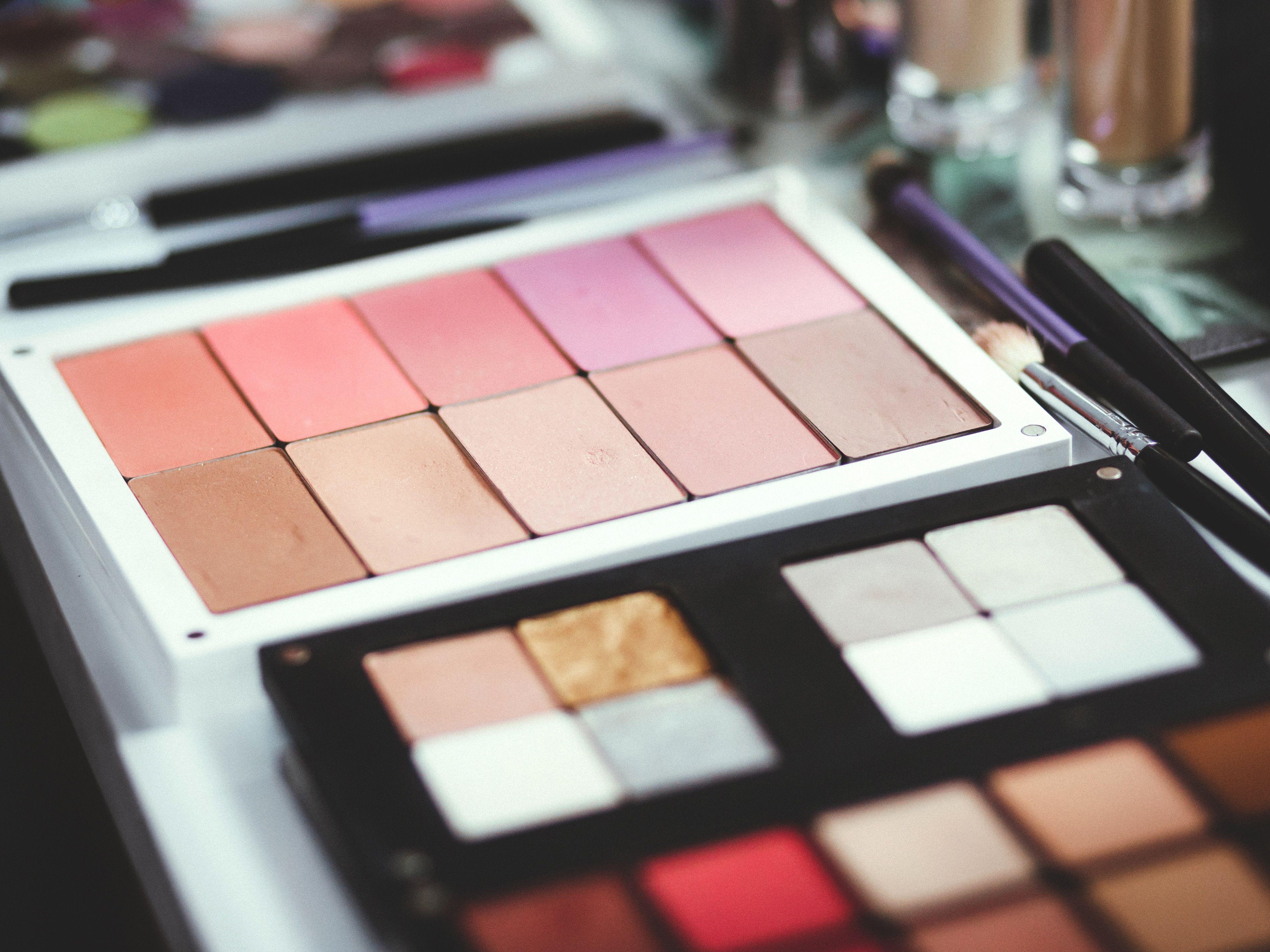 INTROD9Ww6 Introduction to Professional Makeup