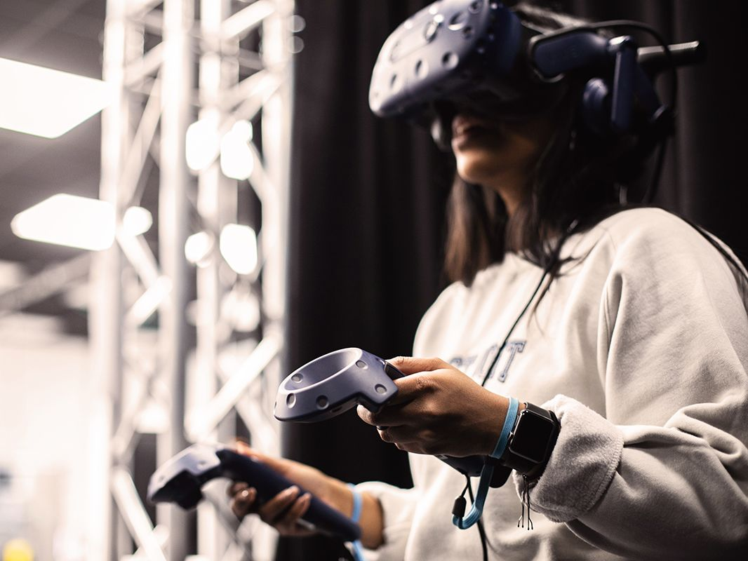 A student uses the VR headset.
