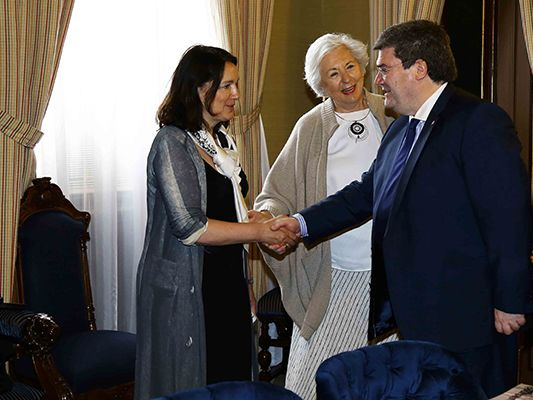 Jose Teunissen greeting Bilbao's Mayor, Juan Mari Aburto
