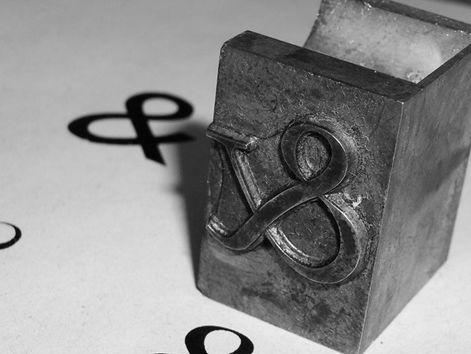 Printing block with ampersand engraving