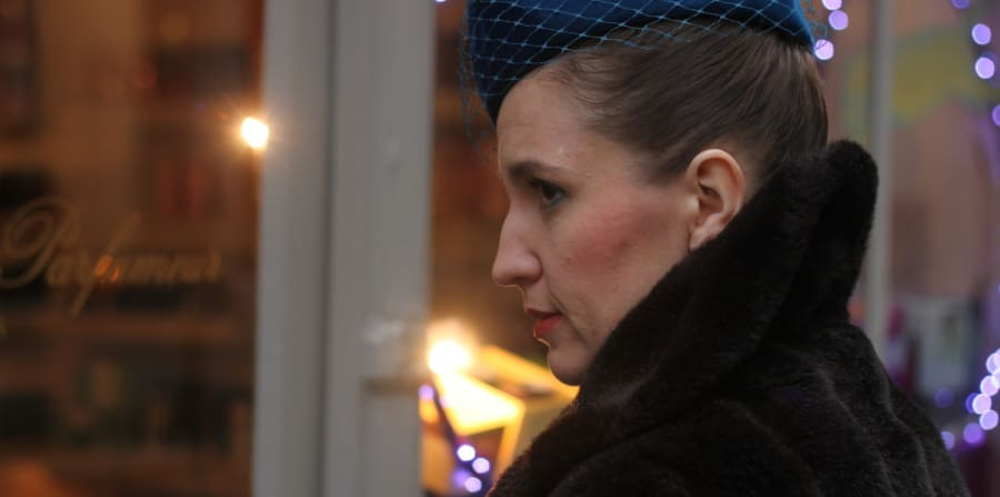 A person wearing a fascinator