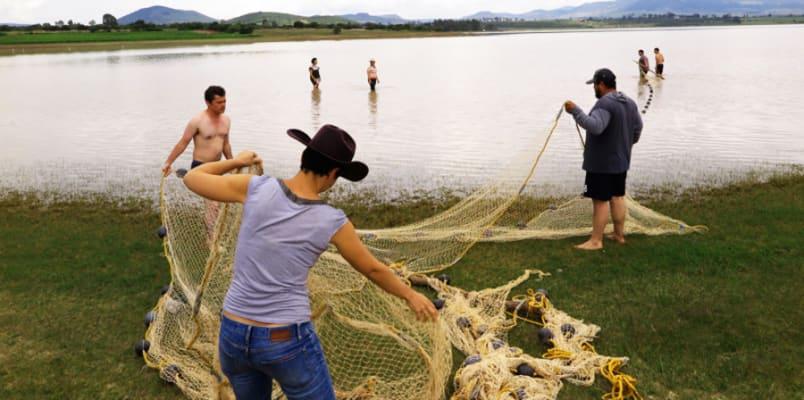 Fishing with the community. Photograph: César Damián.
