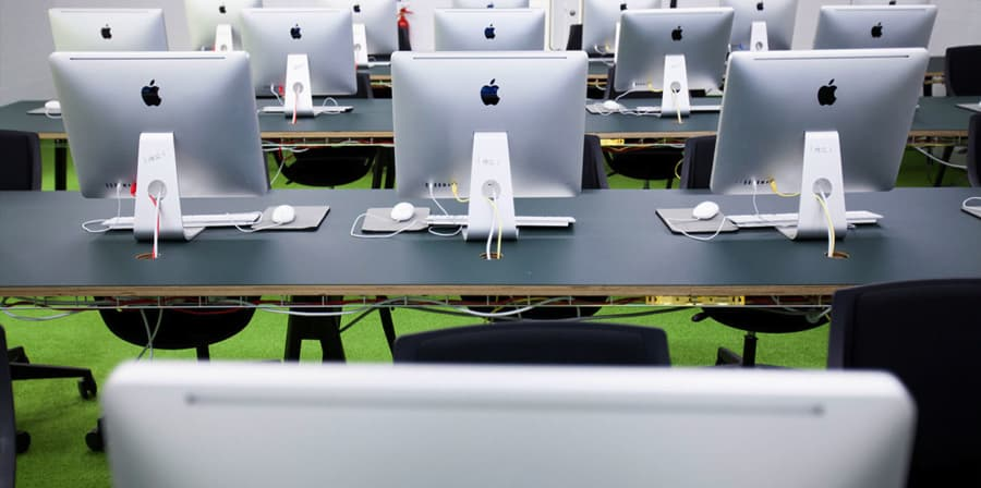 Multiple rows of iMacs in a classroom