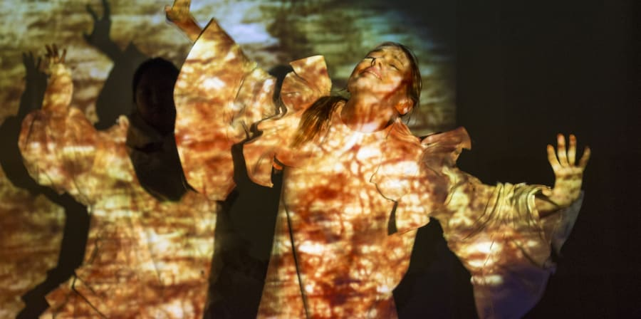 Dancer in front of a projection