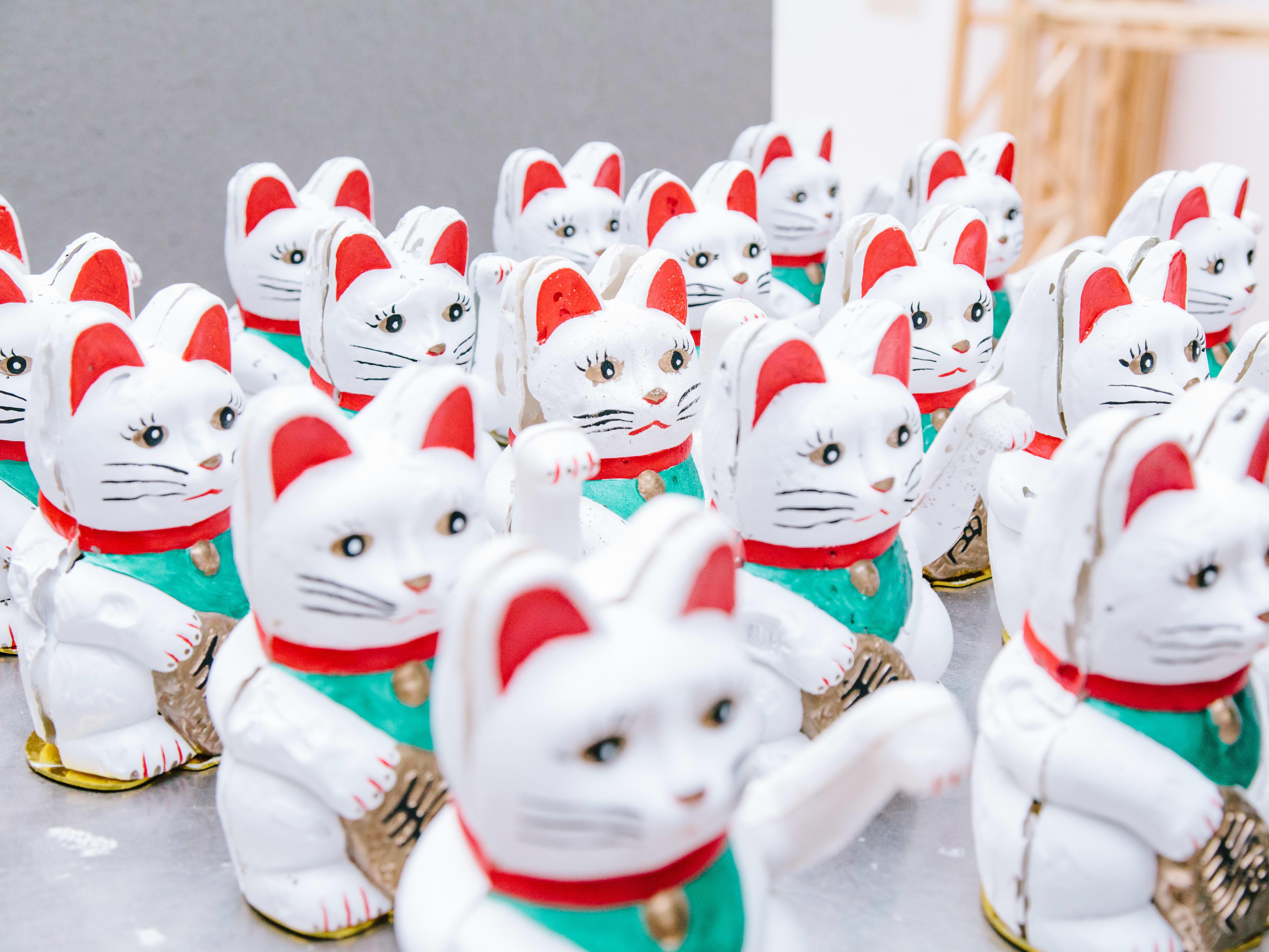 A crowd of maneki-nekos