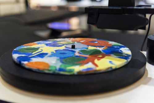 Turntable with colourful object.