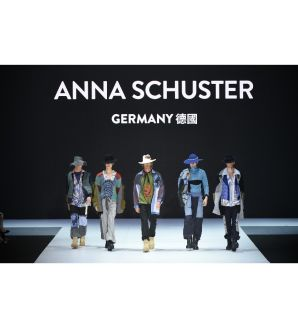 Anna Schuster model catwalk show