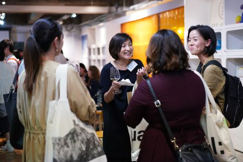 Alumni chatting at the Tokyo Alumni Reception 2019